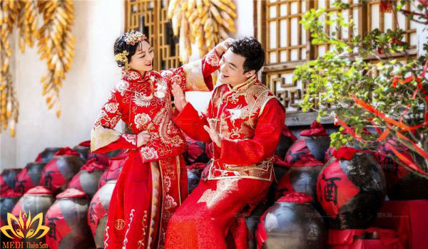 Chụp ảnh cưới Trung Quốc bên rượu