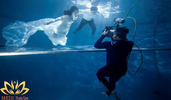 Ekip chụp ảnh cưới dưới nước
