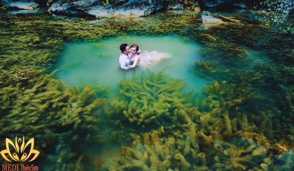 Chụp ảnh cưới dưới nước vùng biển cạn