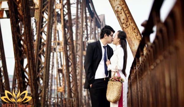 Chụp ảnh cưới Vintage trên cầu