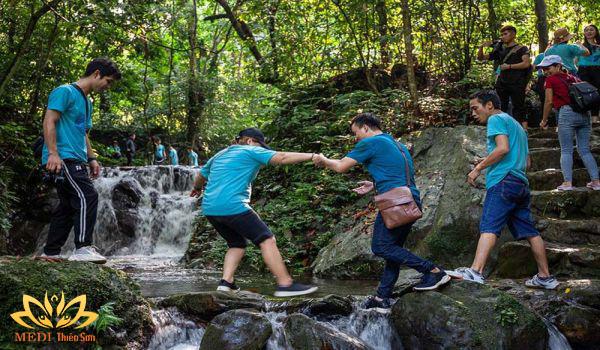 Trekking cực phê cùng MEDI Thiên Sơn lội suối
